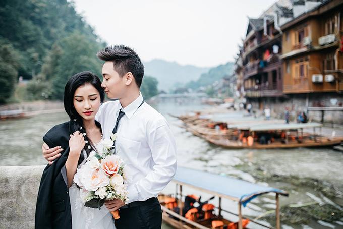 quen biết và gặp nhau lần đầu tiên trong đám cưới của một người bạn. Khi đó Cẩm Tú là bạn thân của cô dâu còn Thành Trung là bạn thân của chú rể.