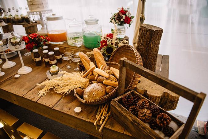 [Caption]Cặp đôi còn thiết kế kệ đặt hình ảnh, hộp đèn có tên cô dâu chú rể, cùng với đó là bàn bánh đậm chất vintage, được bày trí khá cổ điển theo hơi hướng phương Tây với những chiếc bánh cupcake nhỏ xinh.