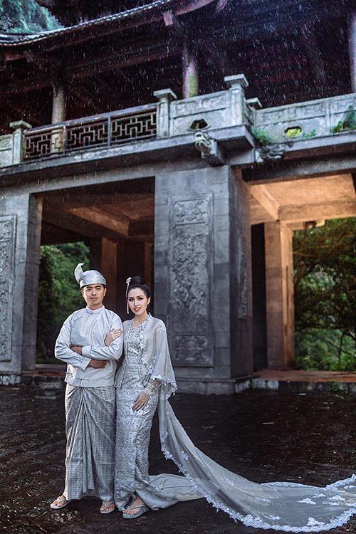 [Caption]Cô dâu Yu Wai Aung, tên thân mật là Bon Bon, được biết đến là một ca sĩ trẻ tài năng của Myanmar. Ngoài công việc ca hát, Bon Bon còn quản lý công ty dược của gia đình.