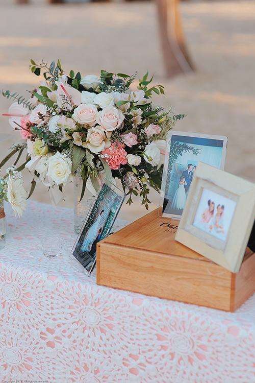 Hoa sử dụng trong đám cưới phần lớn là hoa tươi nhập khẩu, được vận chuyển bằng máy bay từ Hà Nội và TP HCM vào Đà Nẵng. Một phòng lớn trong resort được sử dụng để bảo quản hoa. Cô dâu, chú rể chọn hồng phấn làm tone màu chủ đạo của đám cưới. Hoa hồng, hoa baby, hoa amanrathus, dền tây& khoe sắc dưới bàn tay tài tình của 5 nghệ nhân cắm hoa nổi tiếng.