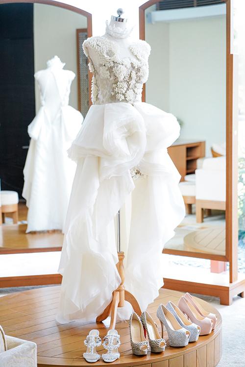 cô dâu Wei Wei lần lượt mặc hai bộ váy cưới tuyệt đẹp của hai nhà thiết kế nổi tiếng Krikor Jabotian và Francis Libiran.