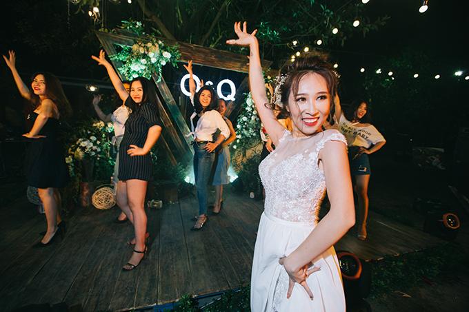 Chương trình cưới cũng đậm cá tính của cô dâu chú rể khi ngoài những điệu nhảy sôi động, còn có nhiều trò chơi ngẫu hứng vui vẻ.