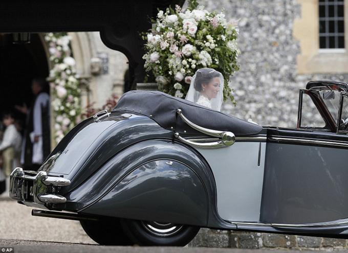 Pippa Middleton đến nhà thờ trên chiếc ô tô phong cách cổ điển.