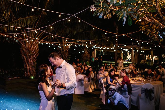 Đôi uyên ương cùng sánh bước trong điệu nhảy đầu tiên. Trong các đám cưới phương Tây, điệu nhảy đầu tiên trong tiệc cưới (từ nguyên gốc là First dance) là giây phút thiêng liêng, đáng trân trọng không kém gì khoảnh khắc trao nhẫn hay nụ hôn đầu tiên của đôi uyên ương trẻ.