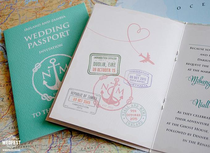 thiep-cuoi-passport-khong-dung-hang-cho-cap-doi-yeu-du-lich