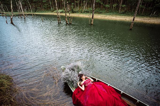 Hồ Tuyền Lâm, suối Vàng, hồ Xuân Hương, vườn hoa cẩm tú cầu&xuất hiện trong bộ ảnh cưới đôi uyên ương. Bộ ảnh được thực hiện bởi Link Aube.