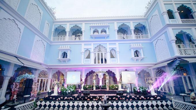 Sân khấu thiết kế theo phong cách hiện đại, không quá rườm rà bởi mục đích chính của khu vực này là nơi các quan khách, thành viên gia đình hai bên chứng kiến những phút giây ngọt ngào của cô dâu, chú rể.