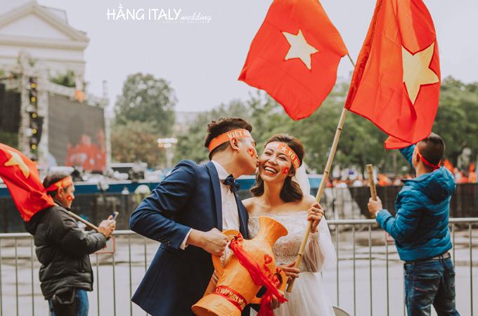 Họ đã cổ vũ từ đầu xuất đến tận giây phút cuối cùng cho đội tuyển Việt Nam, rất tiếc gì đội nhà không thể chiếu thắng. Ekip chụp ảnh hăng say đến mức cô dâu tối về cảm lạnh nằm vật trên xe.