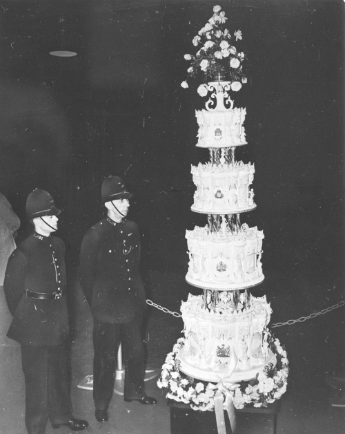 Ngược trở lại thời gian trong hôn lễ năm 1947 của nữ hoàng Elizabeth II và thái tử Phillip, chiếc bánh cưới nặng khoảng 227 kg, cao 2,7m là điểm nhấn ấn tượng. Các đầu bếp đã mất 2 tuần để hoàn thành tác phẩm này.