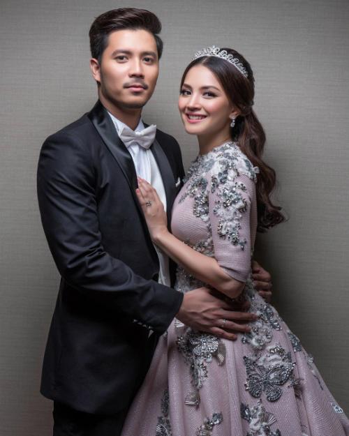 Nur Fazura (sinh năm 1983) và Fattah Amin (sinh năm 1990) là hai nghệ sĩ đa tài của Malaysia, hoạt động nghệ thuật ở các lĩnh vực diễn viên, ca sĩ, người mẫu, VJ... Câu chuyện phim giả tình thật giữa hai người bắt đầu nảy nở khi cùng nhau tham gia seri phim truyền hình Hero Seorang Cinderella, trong đó Nur và Fattah vào vai một cặp tình nhân trên màn ảnh.