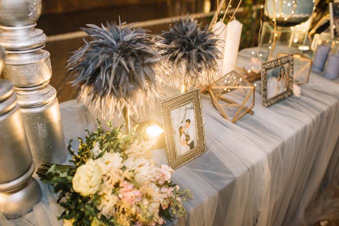 Bàn lễ tân đón tiếp khách mời được trang trí đơn giản nhưng phát huy được ưu điểm của hệ thống đèn led, khiến không gian buổi tiệc tối bừng sáng lấp lánh.