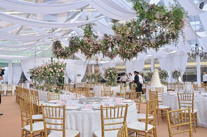 Không gian tiệc cưới được trang trí hoàn toàn bằng hoa tươi tone pastel gợi sự liên tưởng tới những khu vườn của hoàng gia Anh.