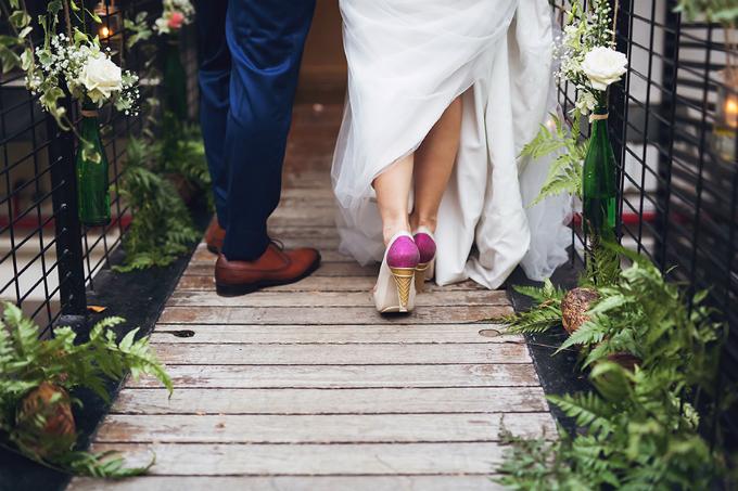 Chỉ có những người thực sự bạn yêu thương ở trong đám cưới, không cần phải là một sự kiện lớn. Bởi điều quan trọng là chính bạn, đừng làm điều gì đó chỉ vì mọi người đang thực hiện như thế. Đừng tự mình làm tất cả, hãy học cách nhờ tới sự giúp đỡ của người khác (họ sẵn sàng hỗ trợ bạn). Ngoài ra, bạn có thể lập kế hoạch cho tất cả những gì bạn muốn trước, nhưng vào ngày cưới, hãy trao quyền cho người tổ chức (wedding planner). Khi bạn đã chọn lựa kỹ, hãy tin rằng họ đủ tốt để khiến cho buổi tiệc của bạn tuyệt vời, Samatha chia sẻ kinh nghiệm tổ chức đám cưới của mình.