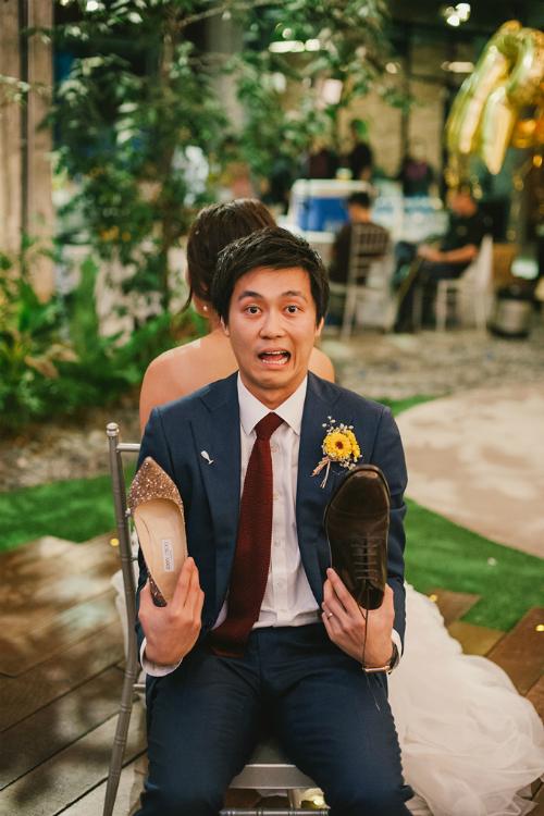 Cả cô dâu và chú rể đều muốn đem không khí lễ hội vào tiệc cưới của mình nên ngoài việc lựa chọn loại hoa trang trí chủ đạo có màu vàng rực rỡ, họ còn tổ chức nhiều hoạt động giải trí trong đám cưới và âm nhạc EDM.
