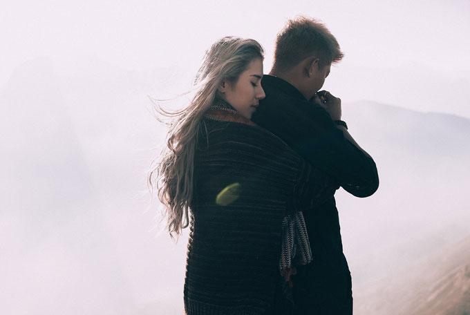 Đã có lúc đường tối đen như mực, mưa phù, sương mù dày đặc, cả đoàn bám đuôi nhau đi từng mét, chân tay rã rời và mệt đứt cả hơi, cả đoàn lại động viên nhau cố gắng để có được hình ảnh đẹp nhất.
