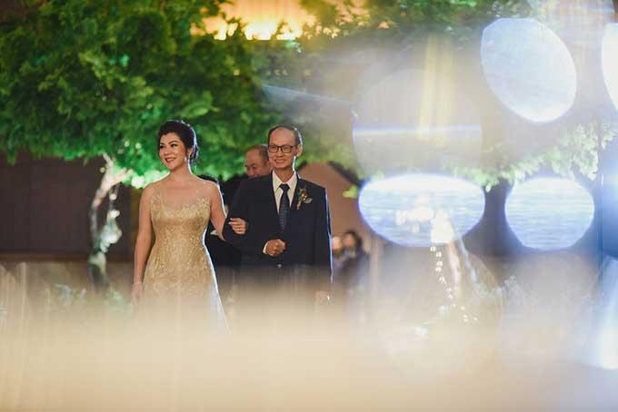 Cô dâu Daisy cho biết khoảnh khắc khiến cô xúc động và không bao giờ có thể quên được là khi được khoác tay bố bước vào lễ đường.