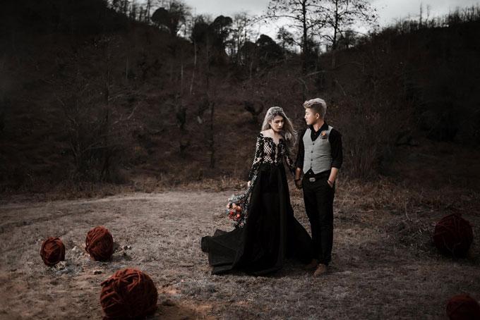 Cô dâu trong chiếc váy đen huyền bí hòa cùng khung cảnh thiên nhiên hùng vĩ, tạo nên sự độc đáo, khác biệt của bộ ảnh.