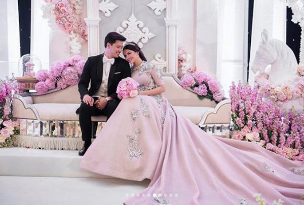 Khu vực backdrop chụp ảnh lưu niệm bố trí một chiếc sofa màu nude phủ kín hoa hồng cẩm tú cầu và phi yến.