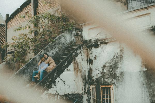 Xuyên suốt buổi chụp ảnh cưới của Tuấn và Hoa là cảm giác mệt xen lẫn hạnh phúc. Cả hai có dịp ôn lại những kỷ niệm đẹp thuở mới yêu, những lúc buồn-vui-hờn-giận. Chúng tôi cứ hồn nhiên kể cho nhau nghe những câu chuyện cũ, để mặc các nhiếp ảnh gia thoải mái tác nghiệp, Tuyết Hoa chia sẻ.
