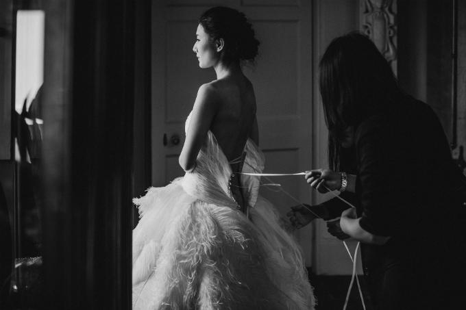 Hui Xu không mất nhiều thời gian để lựa chọn nhà thiết kế váy cưới cho mình, Phillipa Lepley. Và cô tin đó là người phù hợp để đem đến cho cô sự tự tin về diện mạo của mình.