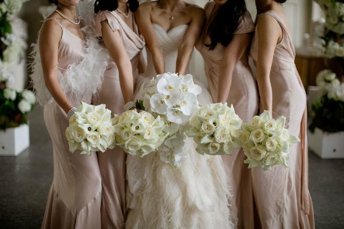 Các phù dâu của Hui mặc váy satin màu phớt hồng và dùng phụ kiện tóc đính lông vũ đồng điệu với cô dâu.