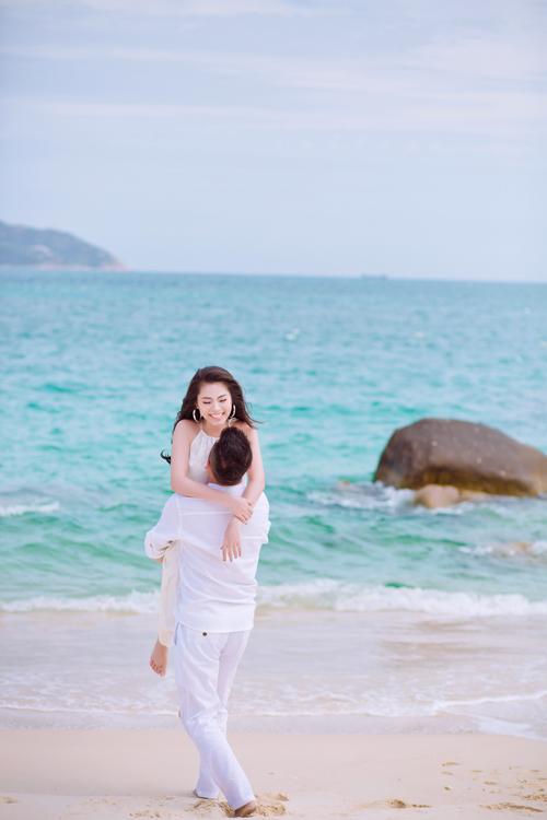 Chụp ảnh cưới ở biển, cô dâu chú rể có thể chọn thêm những trang phục thoải mái bên cạnh bộ váy cưới, complet.