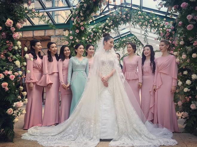 Dàn phù dâu cũng được cô dâu, chú rể chuẩn bị trang phục riêng cho lễ cưới.