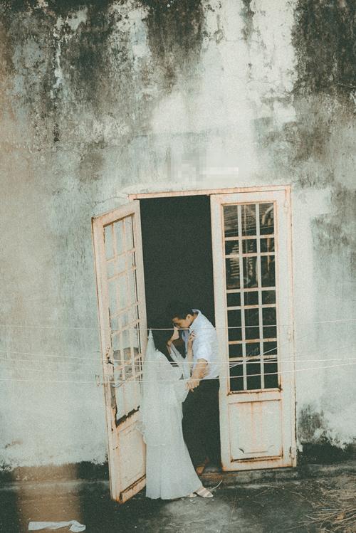 Cô dâu và chú rể tuyệt đẹp trong bộ trang phục cũ của ông bà. Gương mặt Tuyết Hoa mang vẻ đẹp tự nhiên nhờ phong cách make-up đơn giản.