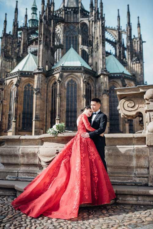 Để chuẩn bị cho đám cưới trong tháng 6 tới, cô dâu chú rể đã thực hiện một bộ ảnh tại nhiều địa danh đẹp ở thủ đô Praha, Cộng hoà Séc.