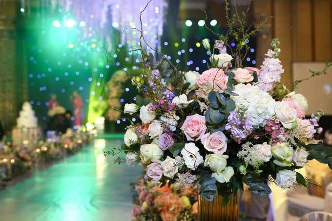 Nhiều loại hoa nhập ngoại được sử dụng để đảm bảo có được màu sắc tinh tế như mong muốn của cô dâu và chú rể.