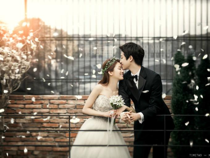 Những bức ảnh đẹp được chụp khi cô dâu chú rể thể hiện tình cảm tự nhiên. Ảnh minh họa: Flagrancy.
