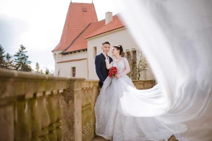 Chụp ảnh cưới ngoài trời, không gian rộng, ekip đã sử dụng ngay chiếc khăn voan dài của cô dâu để tạo thêm hiệu ứng cho khung hình.