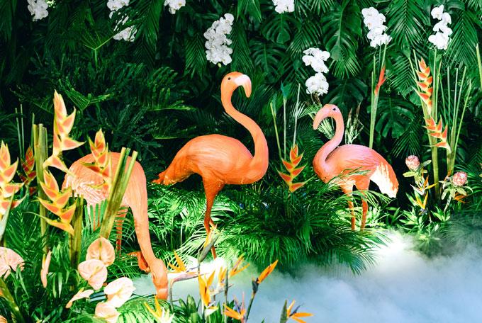 Khâu cầu kỳ hơn cả khi trang trí tiệc cưới chủ đề rừng nhiệt đới này chính là điêu khắc những chú hồng hạc. Nhà cung cấp đã phải làm việc với nghệ nhân để tạo ra những chú hồng hạc có màu sắc, dáng đứng phù hợp trong thời gian ngắn nhất có thể.