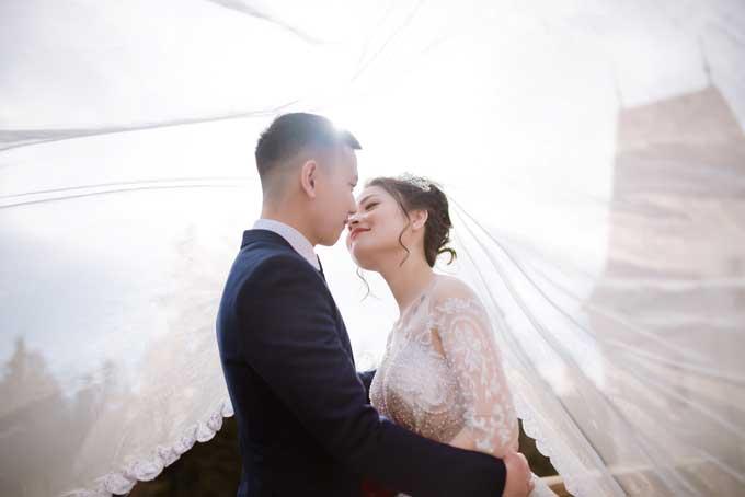 Nhiếp ảnh gia đã bắt được những khoảnh khắc thể hiện tình cảm tự nhiên của cô dâu chú rể. Màu ảnh trong sáng theo phong cách đang thịnh hành hiện nay.
